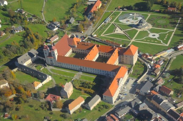 Luftaufnahme St. Lambrecht, vorne das Kloster, hinten der Stiftsgarten© Stift St. Lambrecht