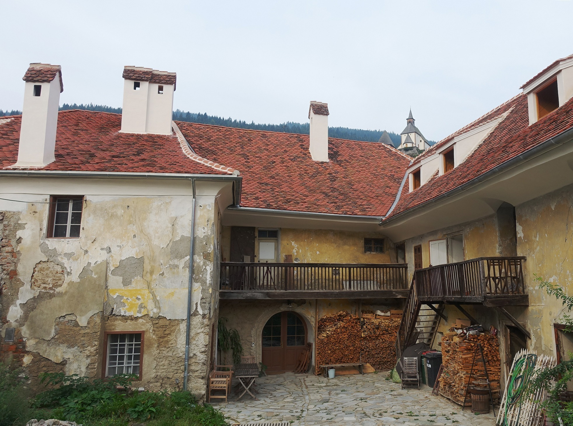 Ziel der Restaurierung der Dachlandschaft war, die hist. Dachansicht wiederherzustellen.Kamine wurden rückgebaut, alte u. neue Ziegel assoziieren Lebendigkeit (2)