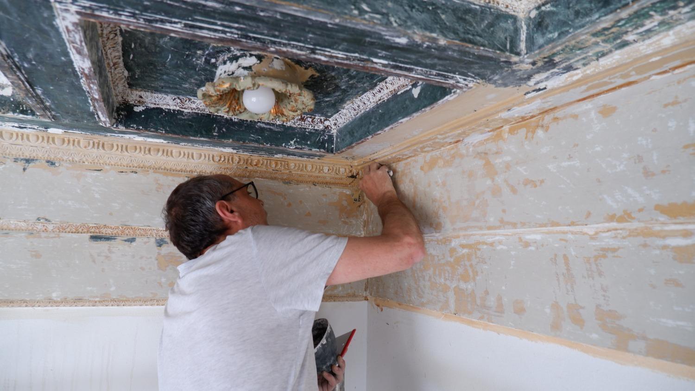 Die Freilegung der ornamentierten Leisten wird d. vorhandenen Raumeindruck wesentlich verändern. Ziel ist, den originalen Zustand von 1913 wieder herzustellen