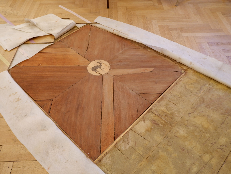 8. Im Speisesalon befand sich unter einer dicken, weißen Kleberschicht, der originale Mahagoni-Tafelparkettboden Foto Ralf Bock